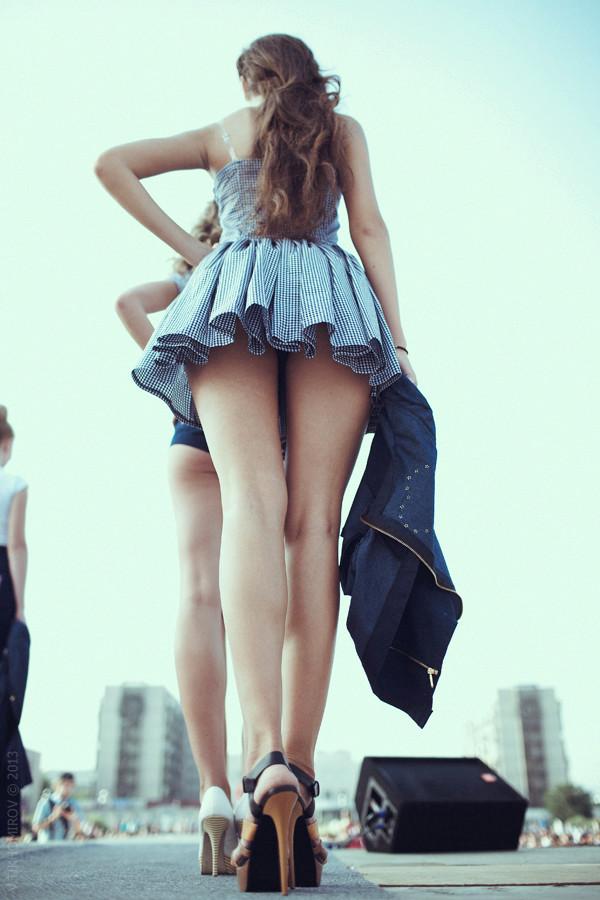 Девушки в коротких платьях фото снизу